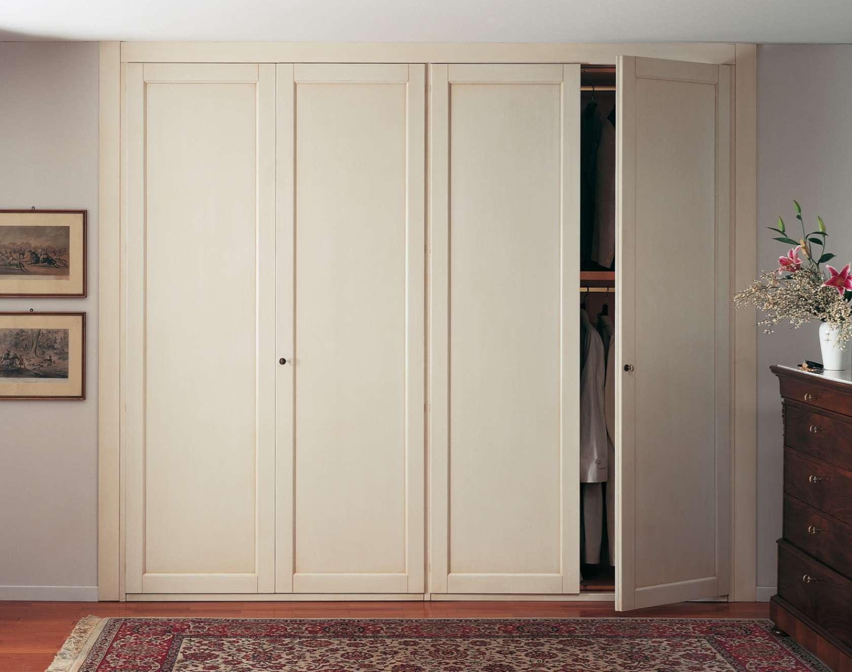 Шкаф купе или распашной шкаф с дверями, что лучше купить.